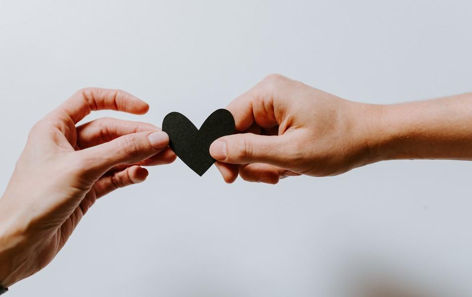 mains qui se passent un coeur
