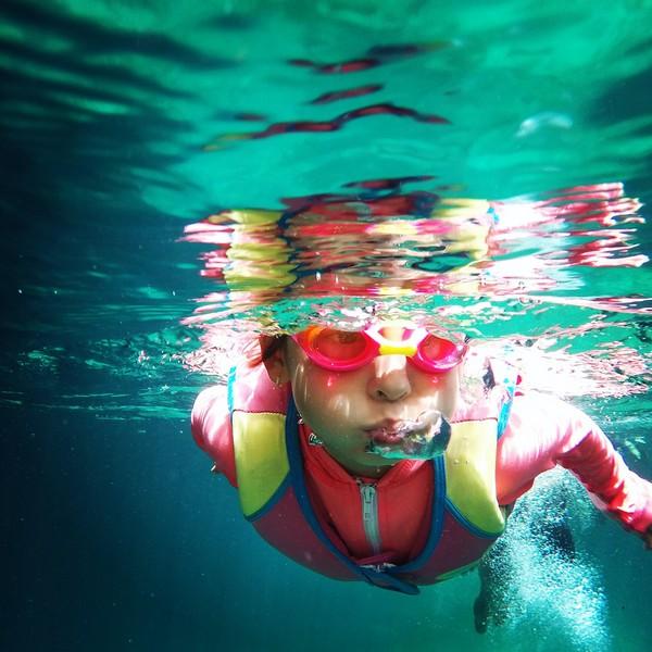 garçon dans une piscine