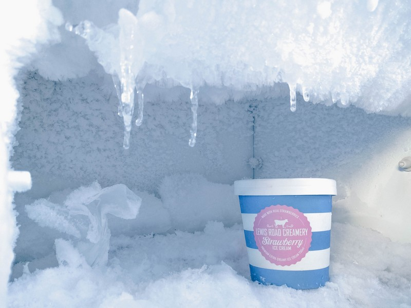intérieur d'un congélateur avec un pot à glace