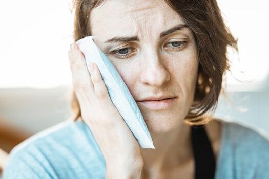 Patiente qui souffre après une opération des dents de sagesse