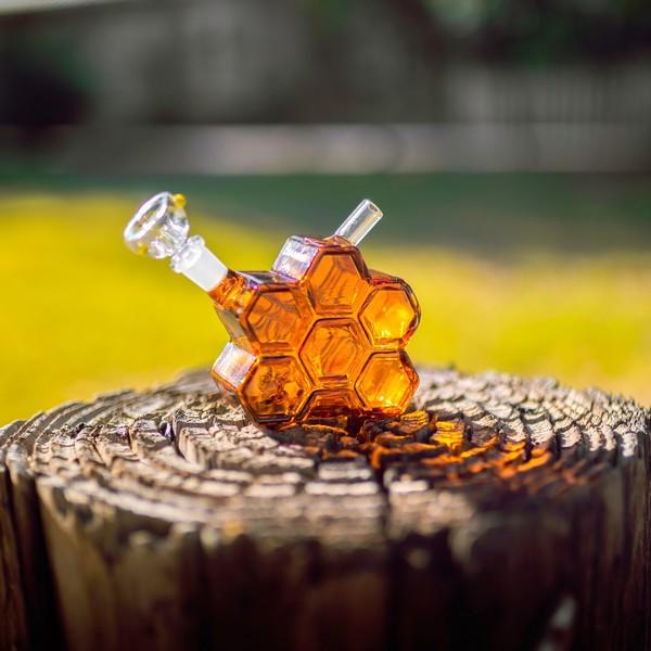 miel dans un flacon en forme d'alvéole