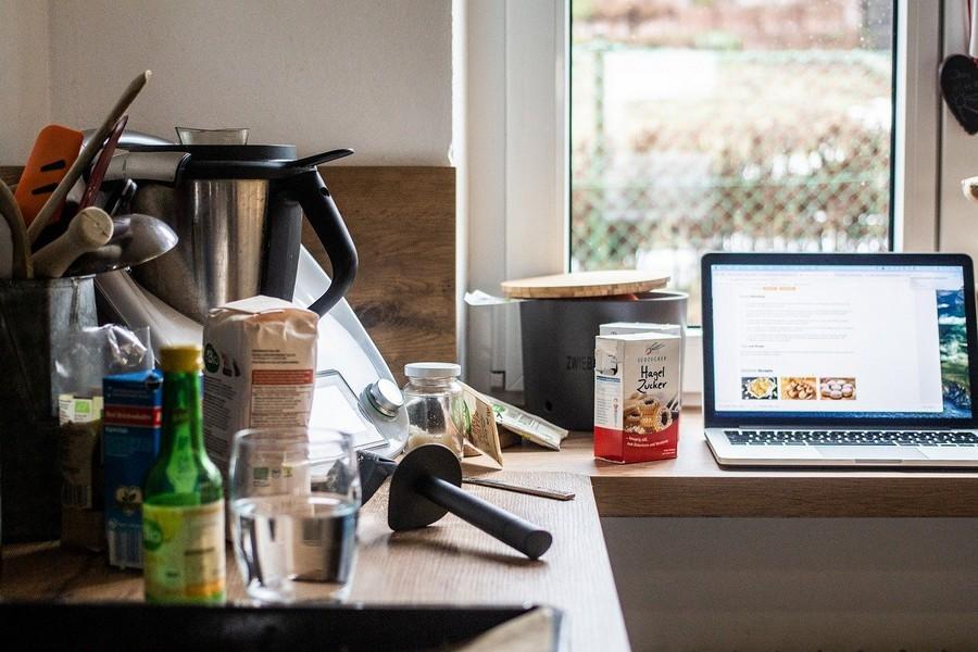 Thermomix dans une cuisine avec un ordinateur posé sur le plan de travail à côté