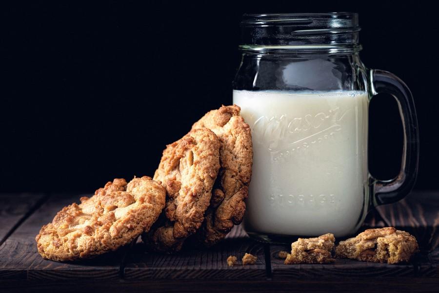 verre de lait avec des cookies