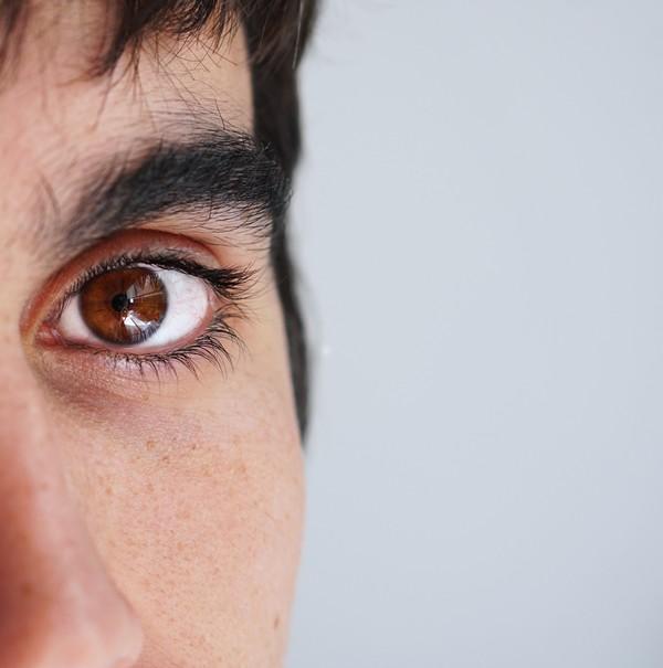 zoom sur la peau d'un jeune homme