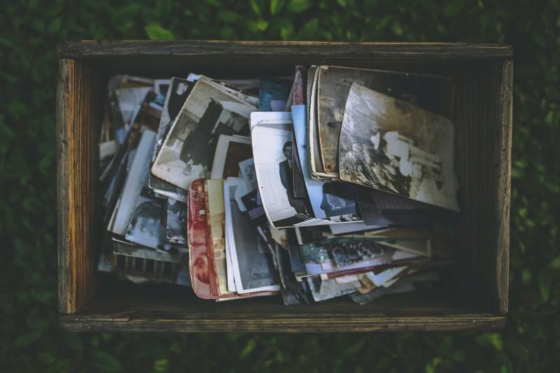 boite avec des photos souvenirs