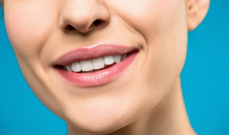 bouche d'une femme qui sourit