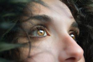 yeux d'une femme de couleur noisette